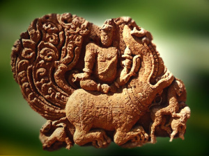 daprc3a8s-varuna-sur-son-makara-c3a0-aihole-karnataka-en-inde-du-sud-invitc3a9-par-le-dieu-indra-varuna-rejoint-le-royaume-des-devas-illustration-marsailly-blogostelle